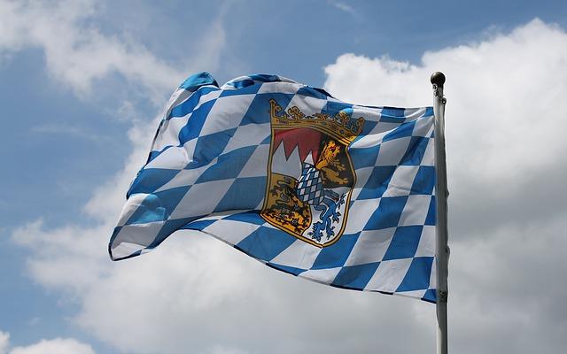 Die Flagge Bayerns flattert im Wind