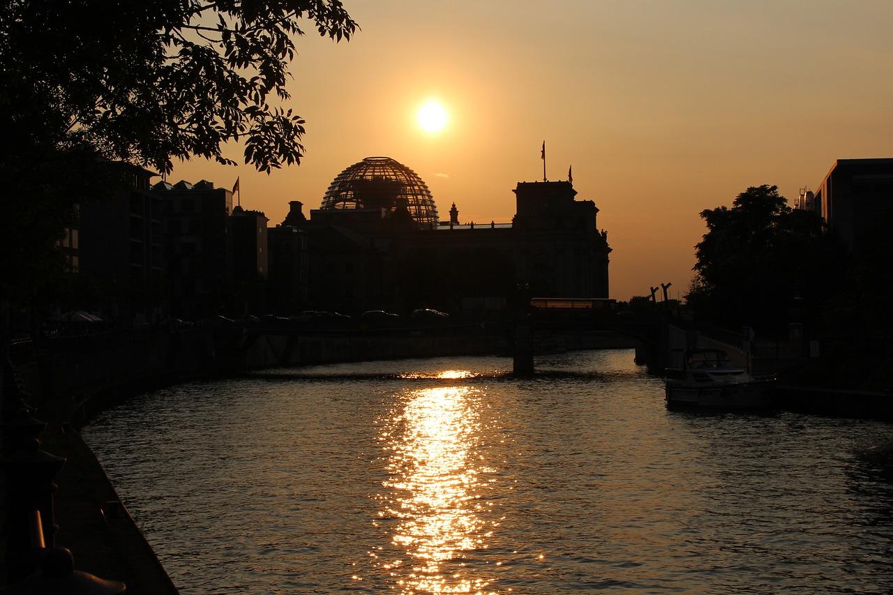 Das Reichstagsgebäude im Sonnenuntergang